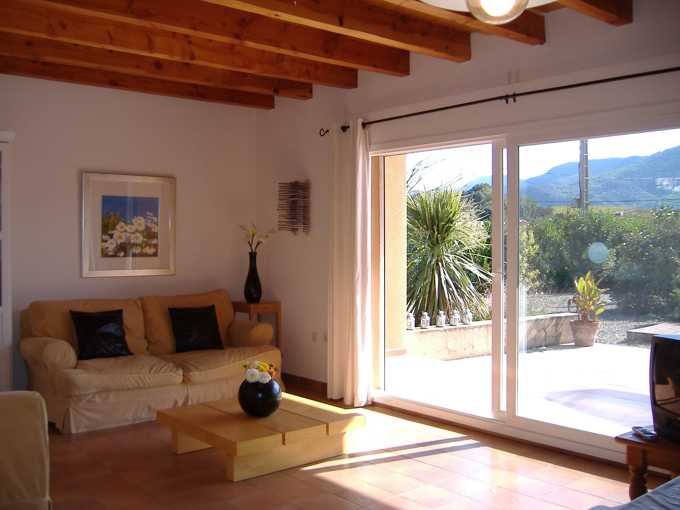 Siesta-styled room with Patio door